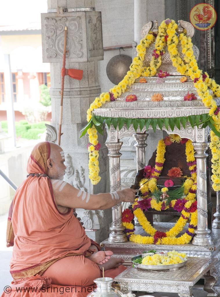 Sri Mahasannidhanam performing Sri Sharada Pratishtha