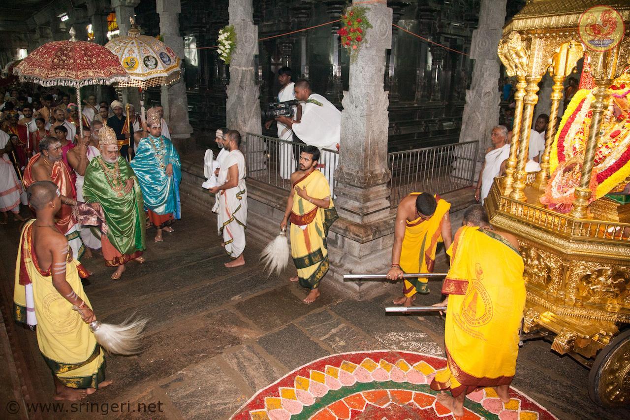 Ubhaya Jagadgurus in Navaratri Dindi Utsava